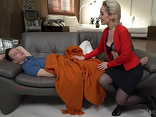 Young person has no alternate but to fuck his sex-starved stepmom Di Devi